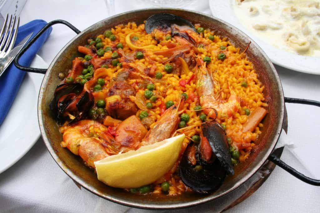 צלחת paella, מאכל ספרדי ידוע המוגש במסעדות ברצלונה